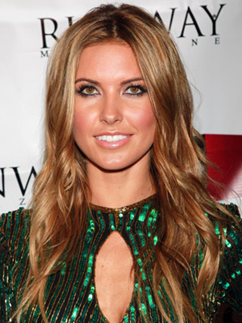 Audrina Patridge is getting ready for summer with a gorgeous glow and honey highlights hairstyles.