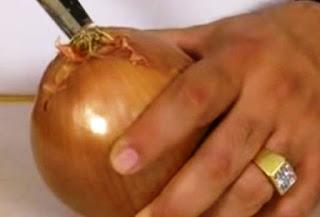 Κόβει το κρεμμύδι χωρίς δάκρυα