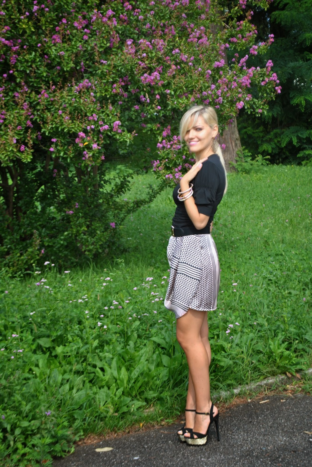 outfit gonna portafoglio nera e rosa outfit scarpe chutz sandali schuts neri e oro con plateau bracciali majique anello stroili oro maglia nera con maniche a palloncino fornarina coda di cavallo fashion blogger italiane fashion blogger bionde fashion blogger milano fblogger colorblock by felym outfit di mariafelicia magno fashion blogger di colorblock by felym outfit estivi eleganti outfit estivi outfit estate 2014 outfit settembre 2014 fblogger lookbook streetstyle gonna portafoglio smalto rosa