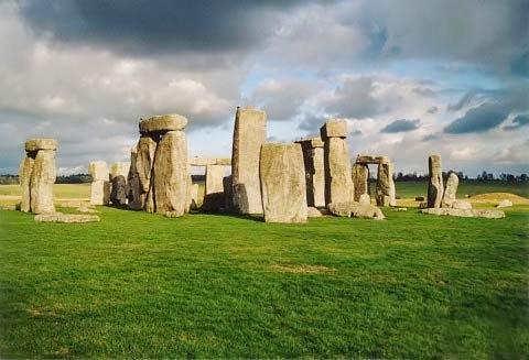 5. Stonehenge là một công trình tượng đài cự thạch thời kỳ đồ đá mới và thời kỳ đồ đồng gần Amesbury ở Anh, thuộc hạt Wiltshire