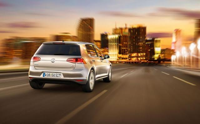 La nuova Volkswagen Golf 7 sulla strada (posteriore)