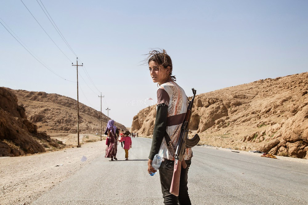 YEZIDI GIRL CARRIES AN ASSAULT RIFLE TO PROTECT HER FAMILY AGAINST ISIS - 29 Breathtaking Photographs of The Human Race