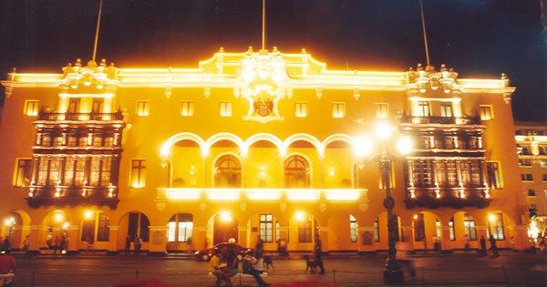 Municipalidad de Lima de noche todo iluminado