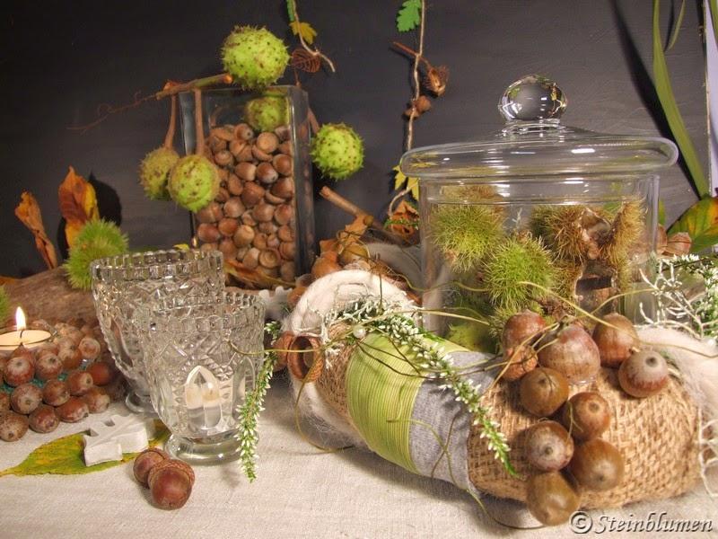 Herbstdeko mit Eicheln und Kastanien