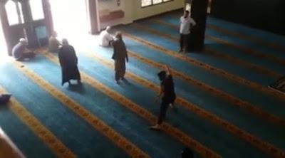 Lelaki 'Dirasuk' Buat Kacau Dalam Masjid, Terpekik-Pekik Dan Bersilat