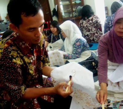 Cara Memegan canting; Membatik; batik tulis; batik cap