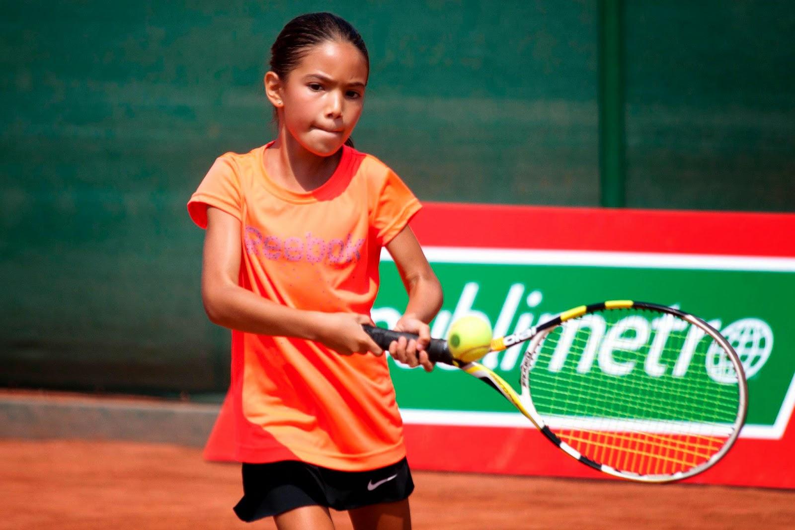 Cada vez más niñas practican deporte de élite mientras estudian.