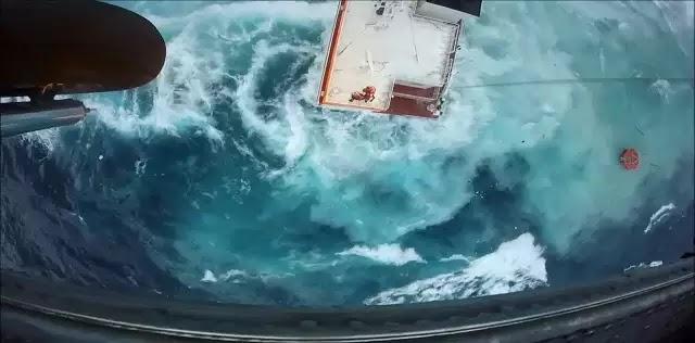 Συγκλονίζει ο πιλότος που έσωσε τους ναυτικούς – Κίνδυνος ρύπανσης από την προσάραξη του «Cabrera»