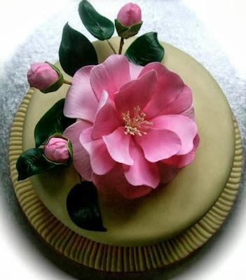Tarta con rosa grande en medio