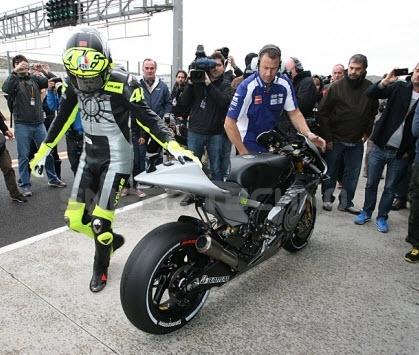 Rossi mengecek kondisi YZR M1 baru miliknya