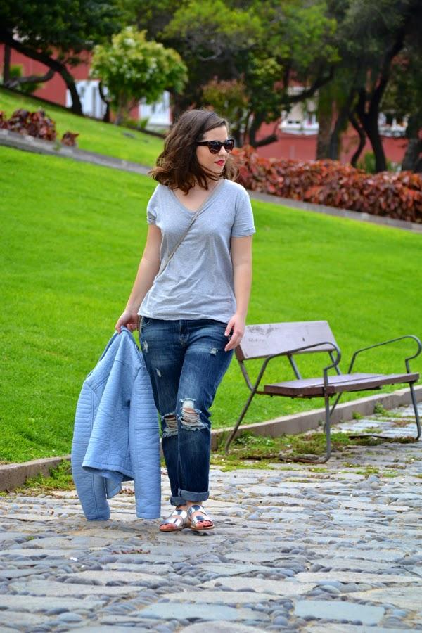 look_outfit_cazadora_azul_bebe_sandalias_plateadas_boyfriend_jeans_lolalolailo_02