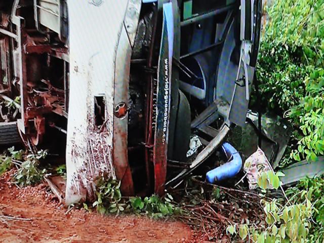 Ônibus tomba no Brejinho e causa morte da médica Júlia Pitombeira.