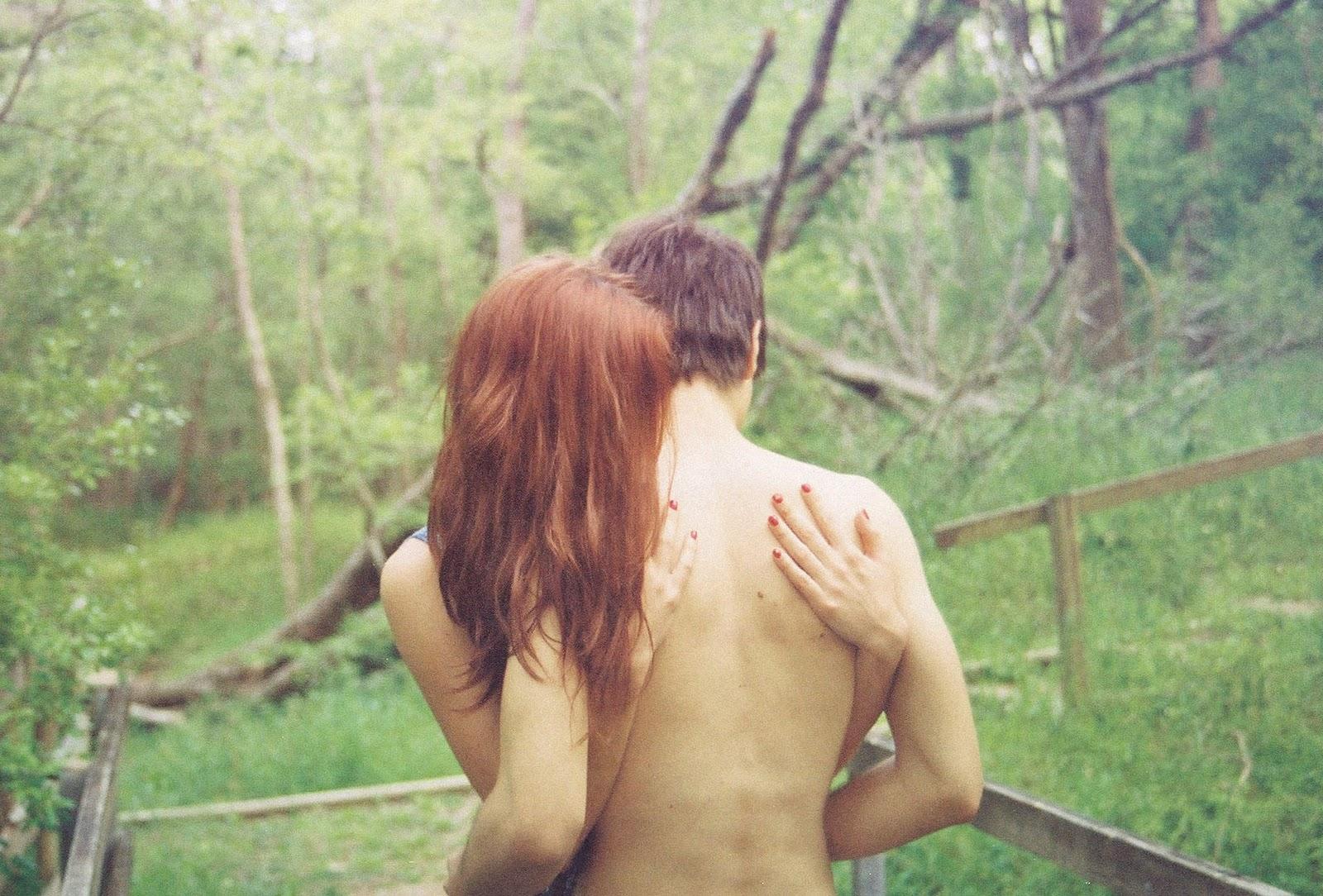 Рыжая девушка с парнем