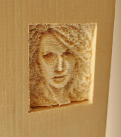 Tabla con cara de mujer de madera