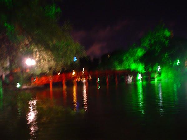 Puente sobre Lago de Hanoi iluminado