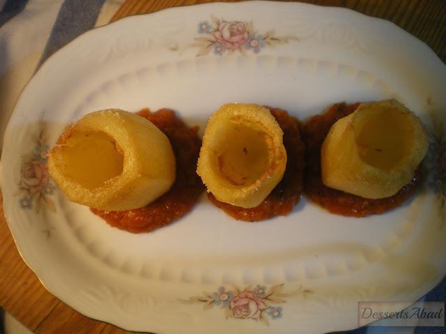 Patatas bravas y su versión chic, montaje del plato