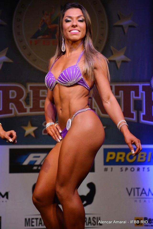 Carla Carra no palco da segunda fase do Campeonato Estreantes IFBB-RIO 2015. Foto: Alencar Amaral