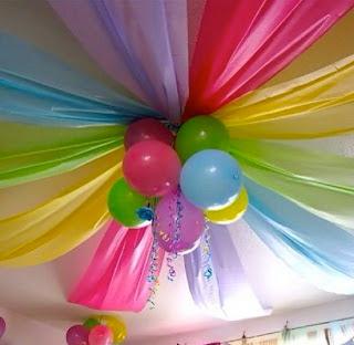 Para el techo, decoración con globos.
