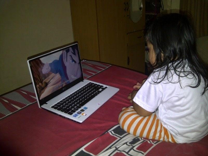 Gambar bayi nonton kartun di laptop gratis download