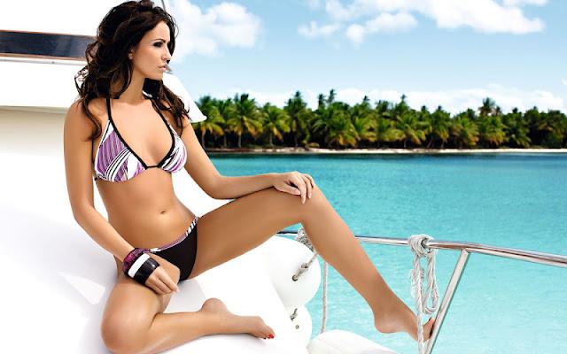 Monika Pietrasinska sexy in bikini