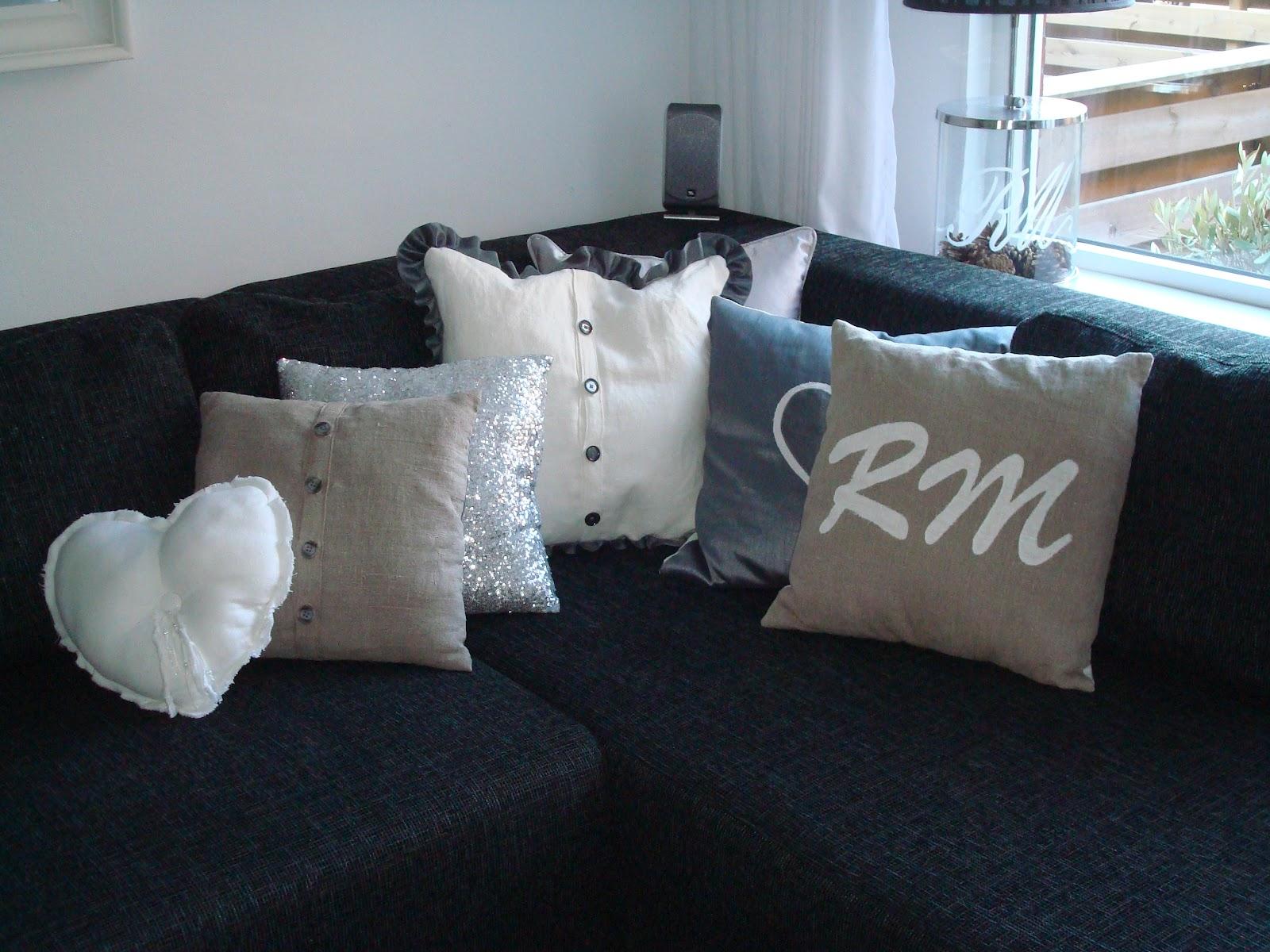 Grote kussens. grote witte bank met kussens in woonkamer stockfoto