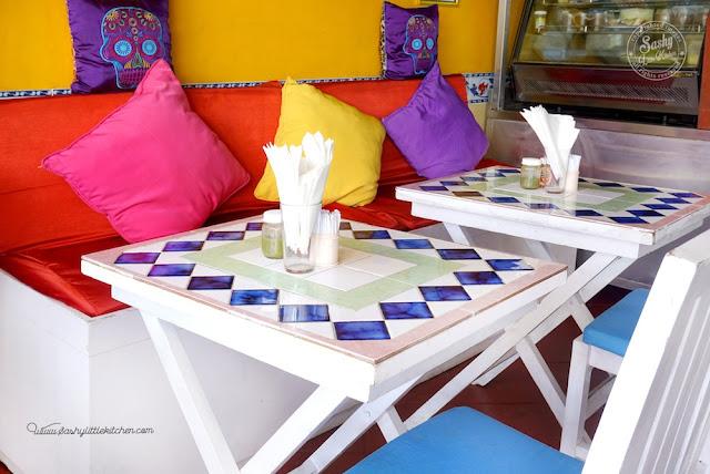 Salah satu sudut di Taco Beach Grill, meja keramik warna warni khas Meksiko