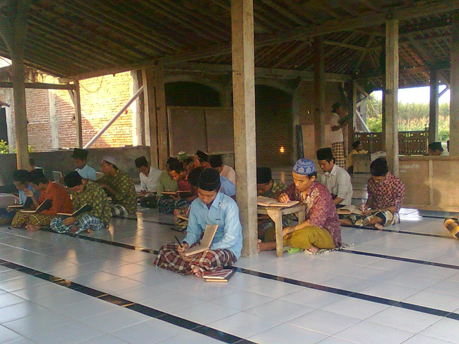 Suasana kegiatan mengaji di Pondok Pesantren Fadllul Wahid, Ngangkruk, Bandungsari, Ngaringan , Grobogan.