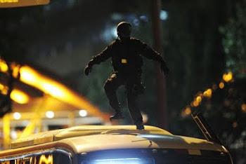 Policial no teto do ônibus - Agosto /2011