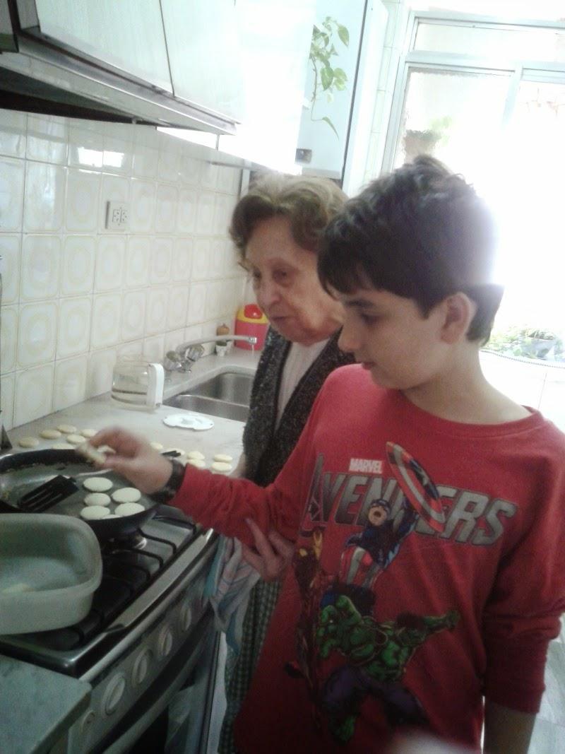 nieto y abuela testeando galletas