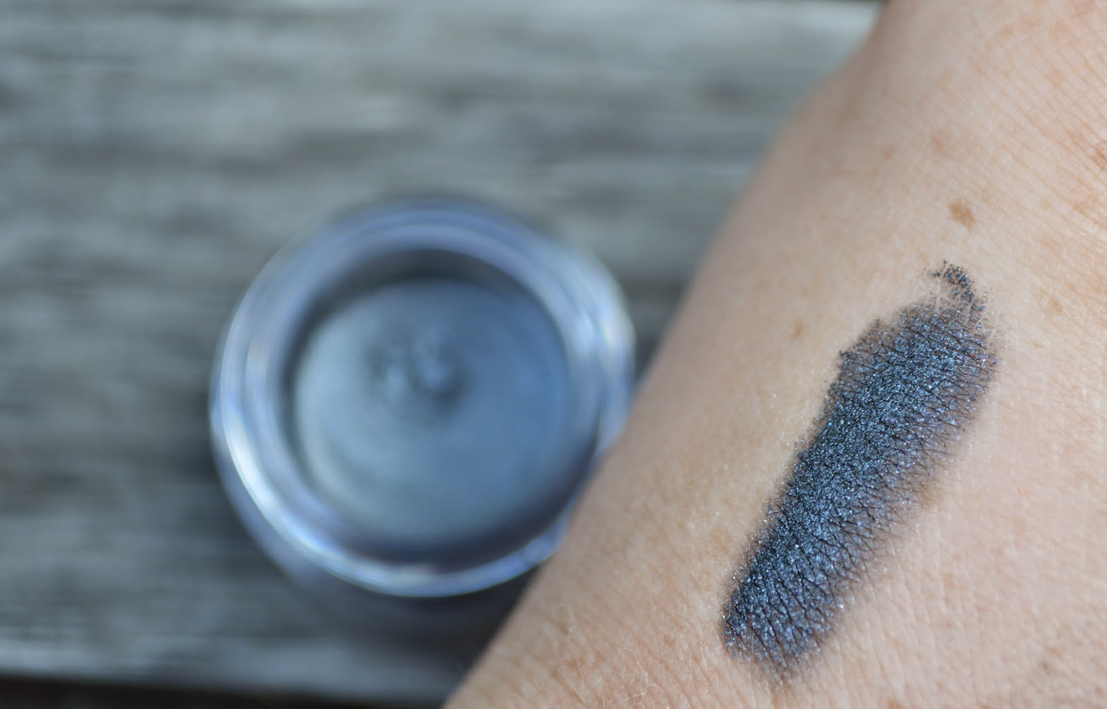 B.Stunning Vibrant Eye Shimmer in 190 Graphite