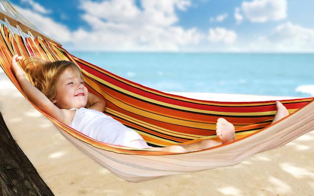 Wallpaper met een kind in een hangmat op het strand