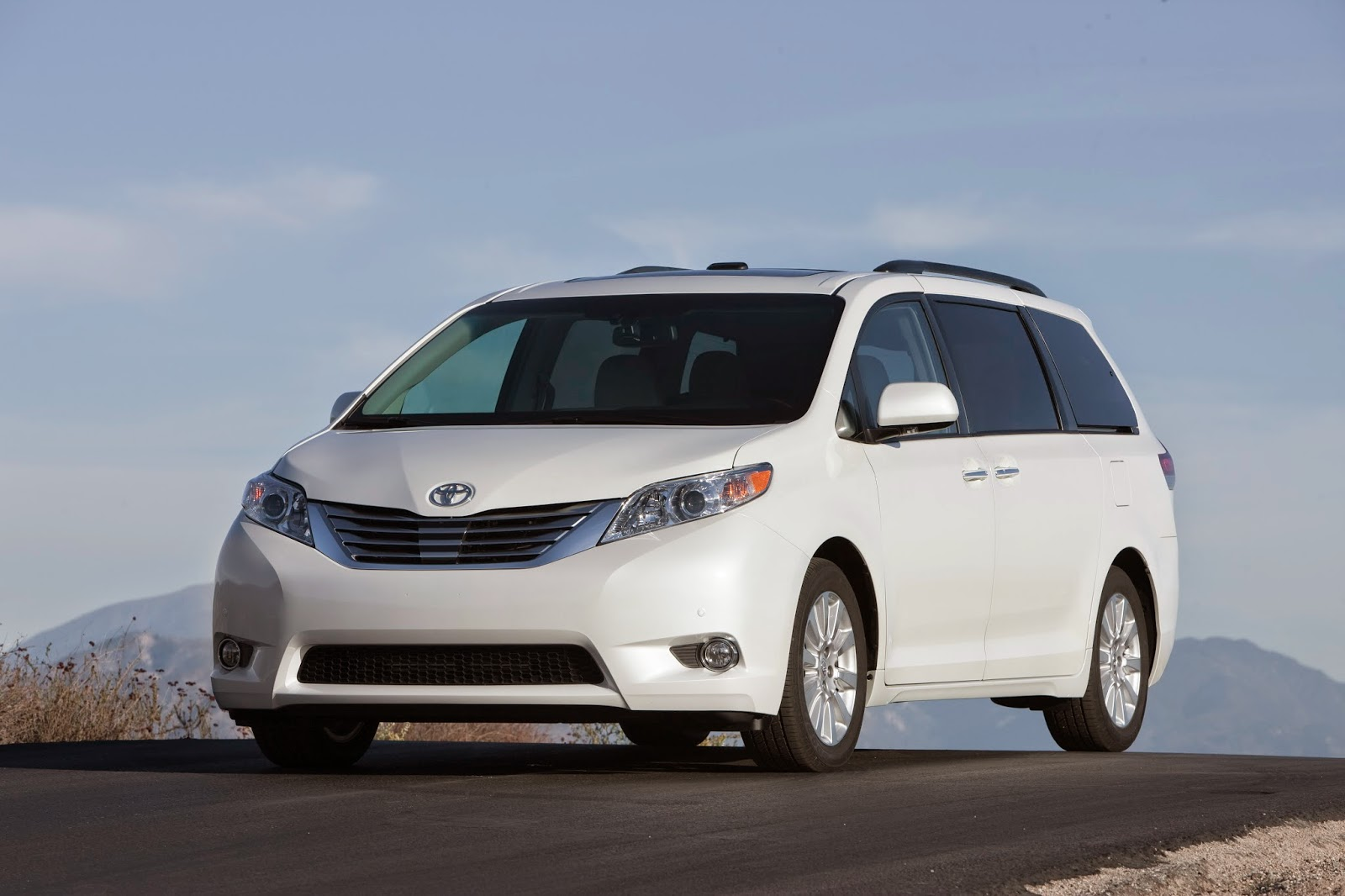 Front 3/4 view of 2014 Toyota Sienna Limited AWD