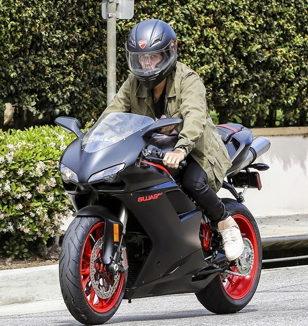 Justin Bieber faz passeio com moto de R$ 50 mil em Los Angeles