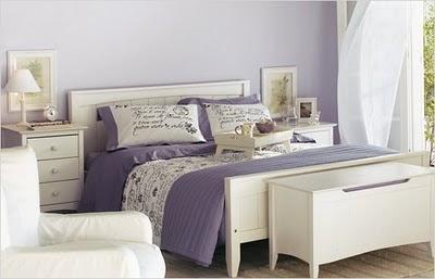 dormitorio decorado con púrpura