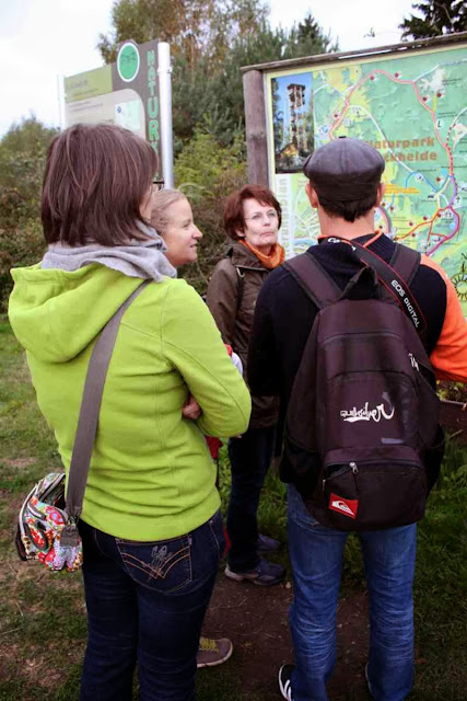 Anna Laister erklärt uns die Wege © Copyright Monika Fuchs, TravelWorldOnline
