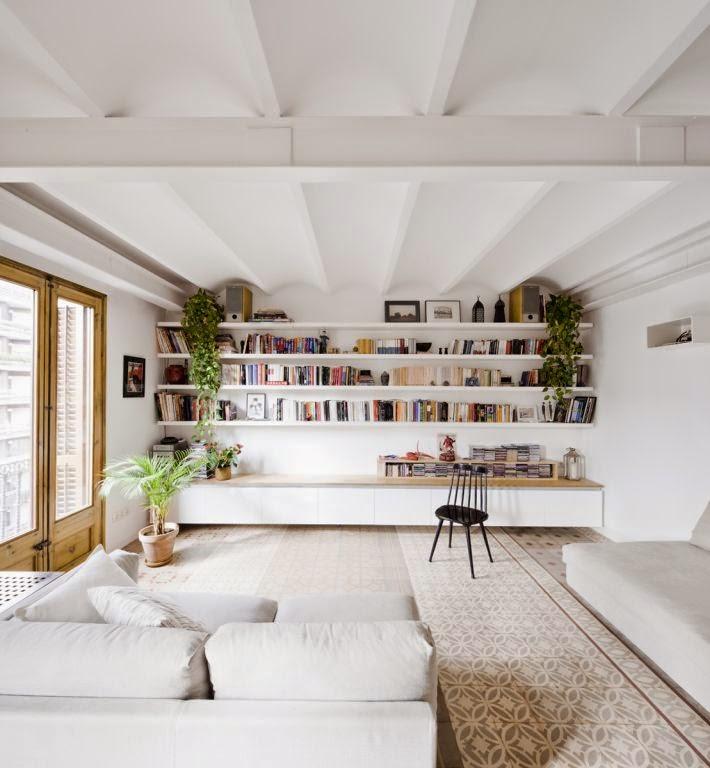 Librería decorada con planta colgante