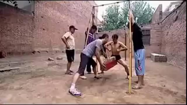 Maîtriser la douleur, exercise Kung Fu de fou, coup violent dans les couilles