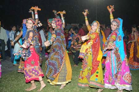 Pune Garba Girls Images While Playing Garba Dandiya