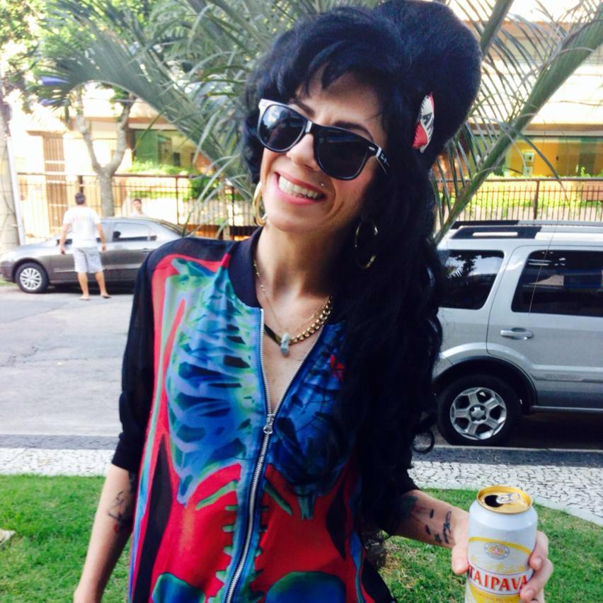 Sósia Amy Winehouse veste Adidas Rita Ora