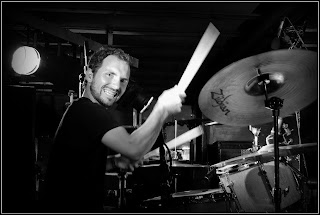 Gerard Mallorquí tocando la bateria