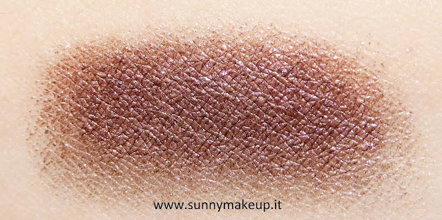 Swatch e.l.f. - Ombretto-Eyeliner 2in1 nella colorazione 21731 Wine Not. Smudge Pot.