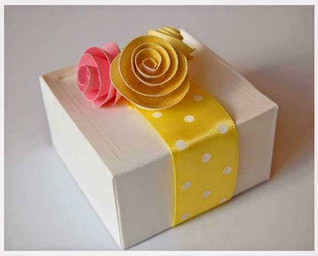 Decoraci n caja de regalo con flores de papel for Decoracion de cajas