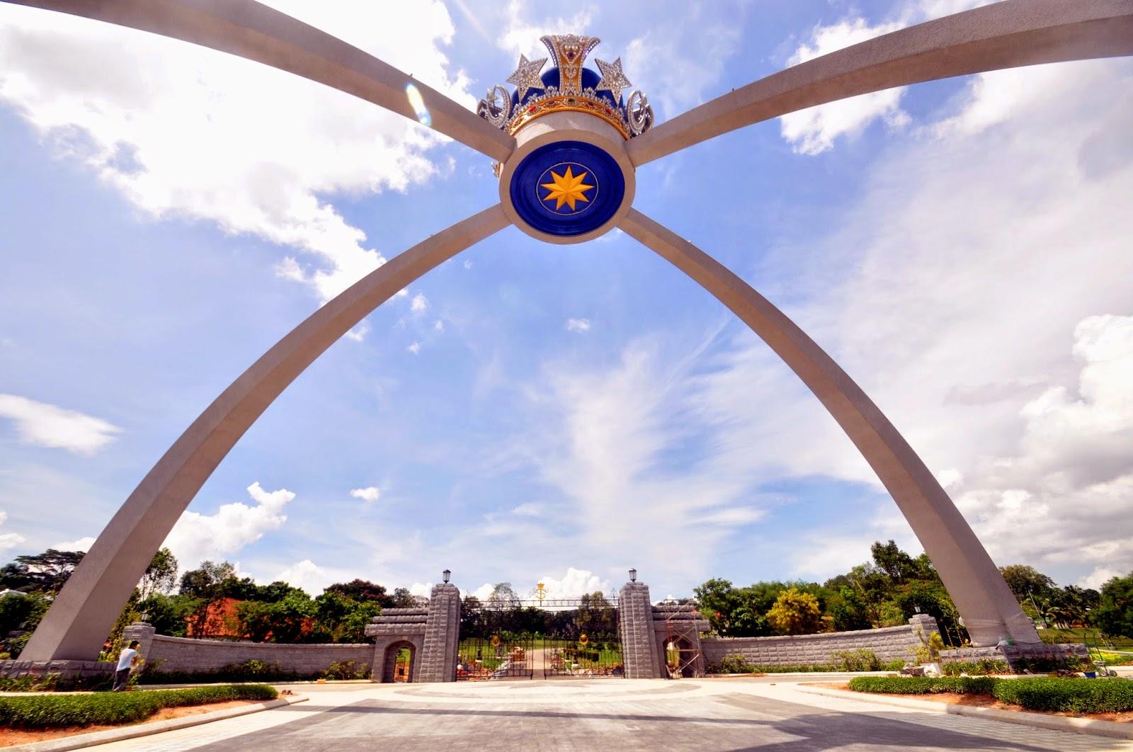 ジョホールバル・パレス前の巨大な王冠