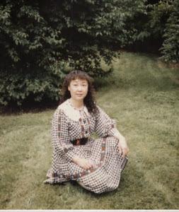 1993,H市,家门前。自己设计和制做的衣裙,比卖的还好。
