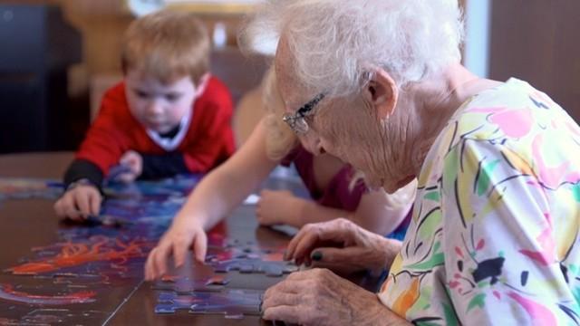 Ponen una guardería en un centro de ancianos y sus vidas cambian por completo