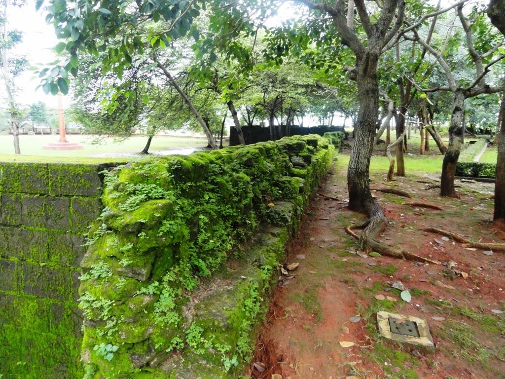 Sisa-sisa banguan tembok yang mengelilingi area Benteng VOC