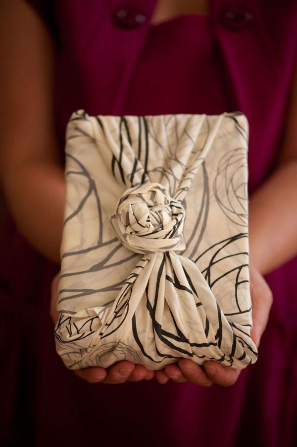 envoltorio original regalos con un pañuelo reutilizable