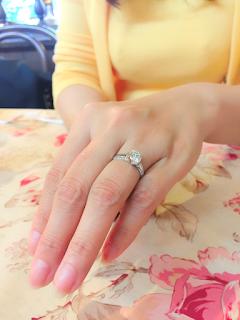 婚約指輪をリメイクしたリングを指に着けたところの写真