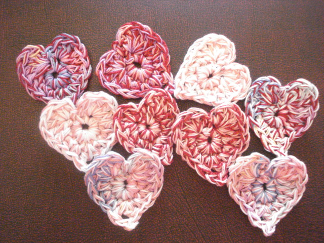 Crochet Tutorial Heart : http://attic24.typepad.com/weblog/teeny-tiny-hearts.html