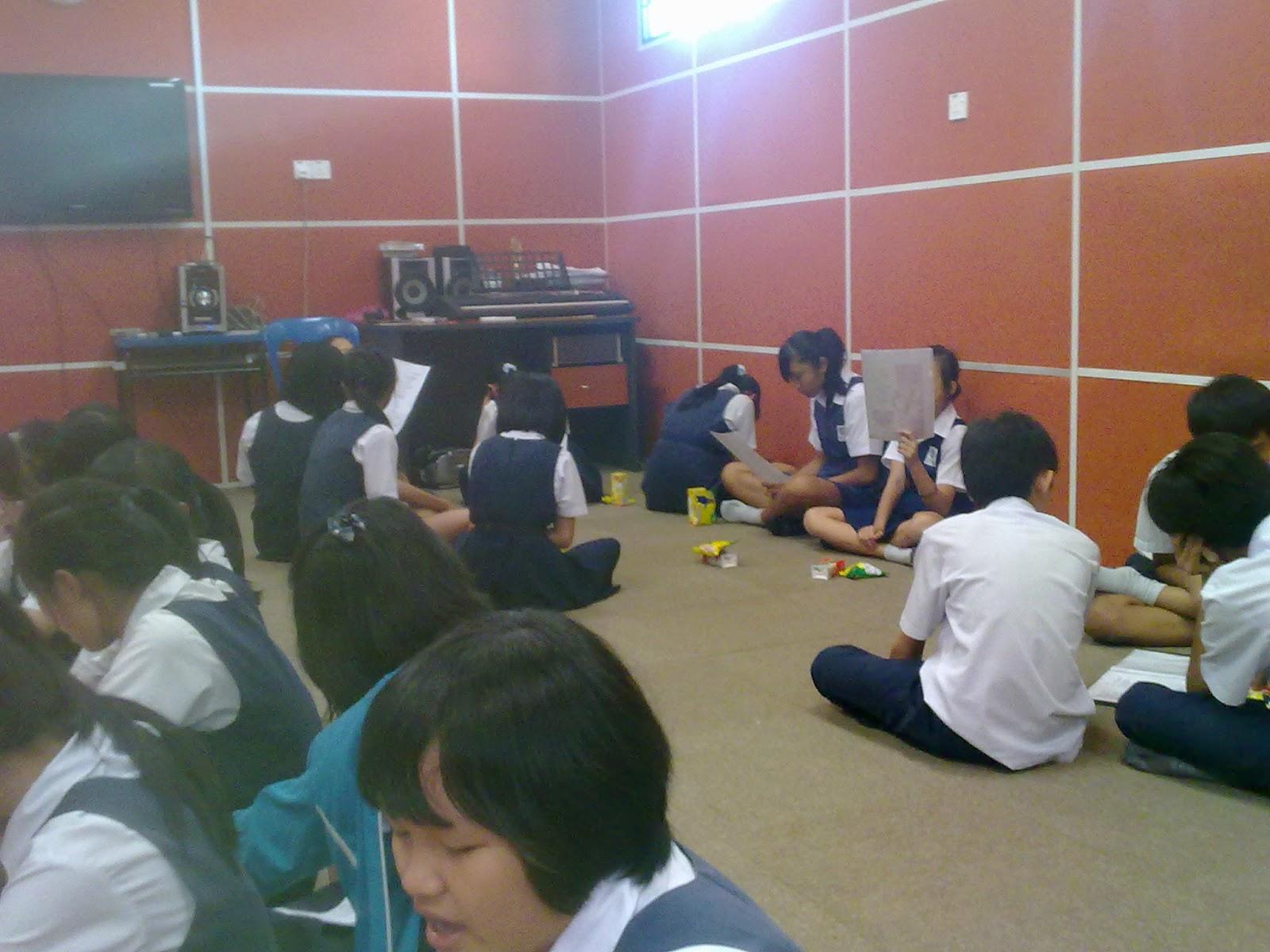 Murid-murid belajar menyanyi lagu Rasa Sayang.